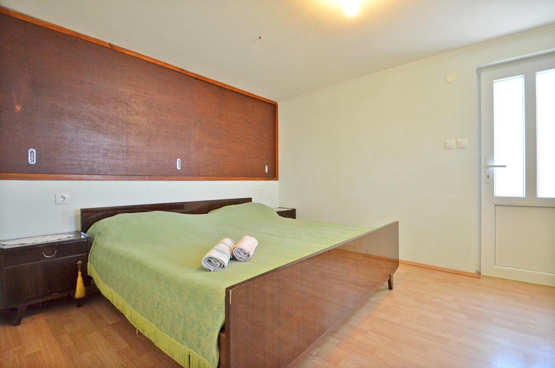 borova-lowerfloor-bedroom-01